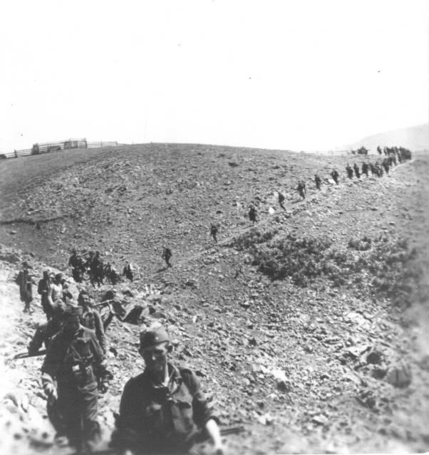 Борци I златарског батаљона Треће пролетерске санџачке бригаде на маршу према ријеци Увцу, код Штрбаца, поред Прибоја на Лиму, августа 1944.