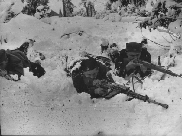 Борци IV батаљона III санџачке бригаде XXXVII дивизије II ударног корпуса у борби са Њемцима у околини Пријепоља, крајем 1943.