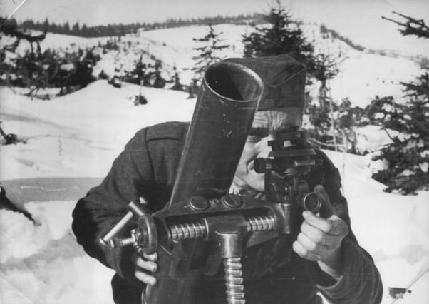 Нишанџија минобацача II батаљона III санџачке бригаде на Вруљи код Пљеваља, крајем 1943. године у борби са Њемцима.