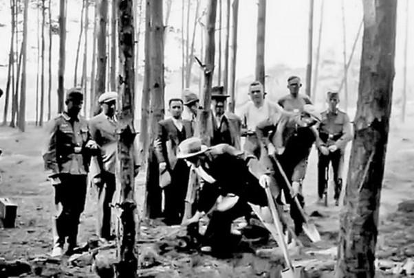 """Na poleđini na njemačkom jeziku piše """"Cigani kopaju svoj grob dok stanovništvo i vojnici gledaju, Srbija 1941. godine"""". Izvor: Politika.rs"""