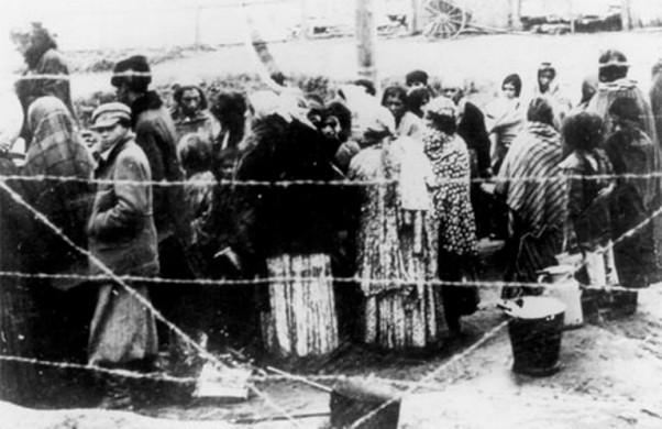 Romi u zatočeničkom kampu 1942. godine