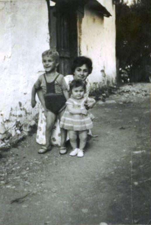 Ševala Sarač rođena Burić sa djecom Belmom i Kenanom; Foča, Međurječje, 1963: