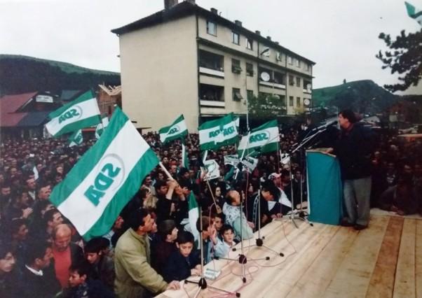Prof. Mehdija Husić tokom predizborne kampanje SDA za opšte izbore, Rožaje 1998. godine