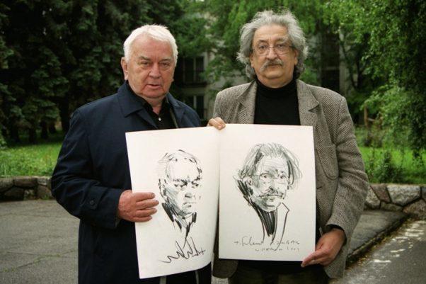 Duško Trifunović i Pero Zubac - drže portrete koje im je uradio Tomislav Suhecki, Panonija, 2004. godina; FOTO: Vladimir Zubac