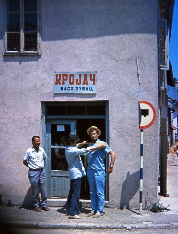 Miroslav Antić uzima meru Živojinu Miškovu... Foto Pero Zubac, ispred rodne kuće u Nevesinju 1973.