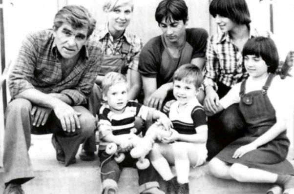 Ispred kuće Mika, Ljilja, Igor, Sanja, Ženja... A dole su Vuk i Boris.